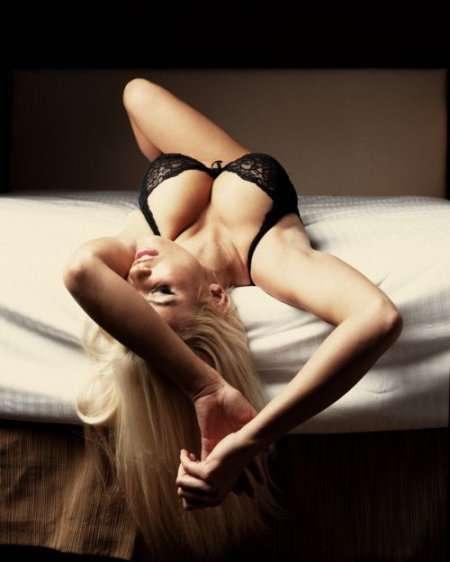 блондинка с аппетитной грудью