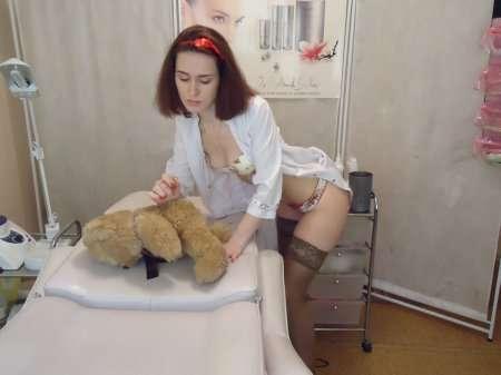 сексапильная красотка в халате врача
