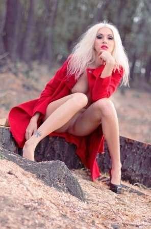сексапильная блондинка без трусиков