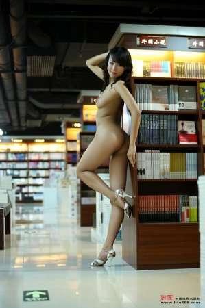 китаянка в библиотеке