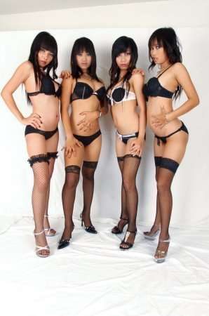 четыре китаянки в нижнем белье