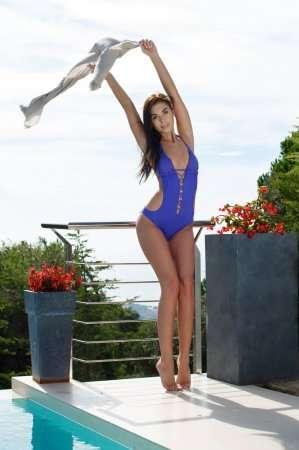 украинка в синем купальнике