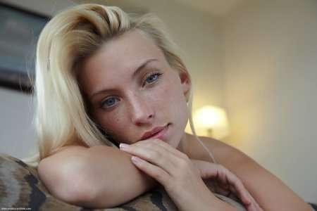 Блондинка в эротической фотосессии