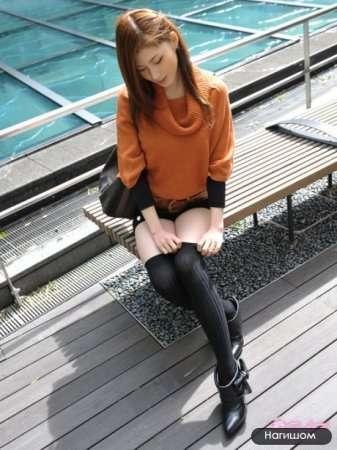 красивая японка в мини-юбке