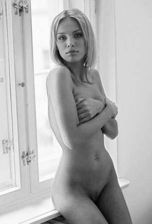 Очаровательная блондинка в черно-белой фотосессии