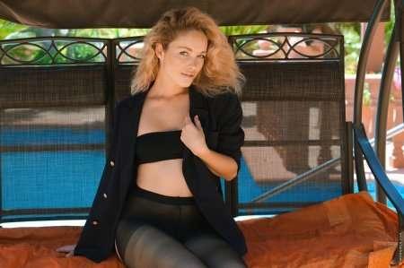 Сексуальная Алиса в эротической фотосессии