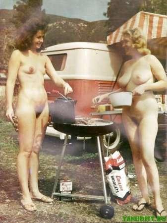 голые тетки готовят на природе