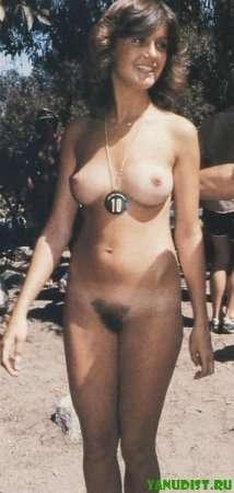 голая брюнетка на нудистском пляже