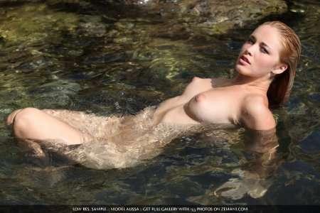 волны ласкают голое тело блондинки