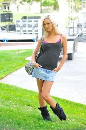 Молоденькая блондинка без трусиков