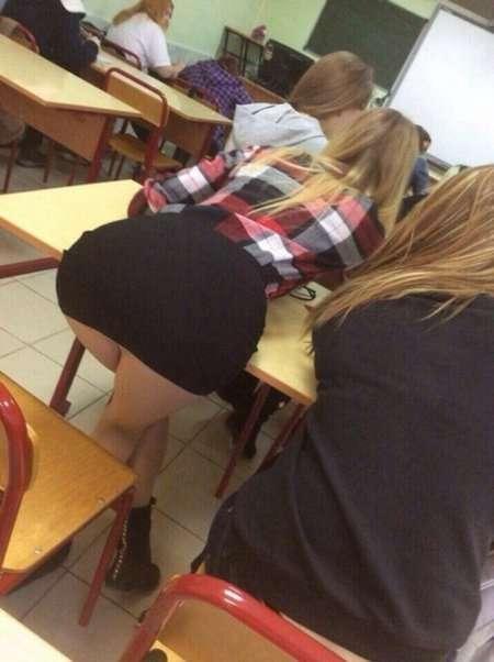 студентка в короткой юбке