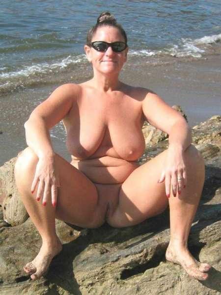 голышом на пляже