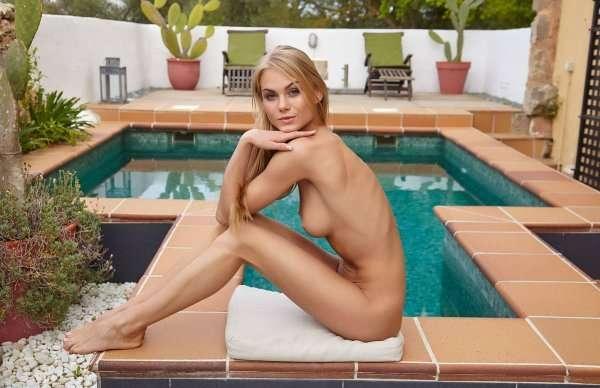 Nancy в купальнике