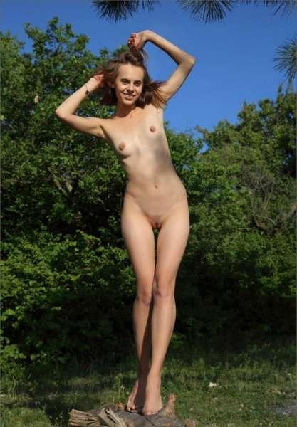 Angelina без трусиков