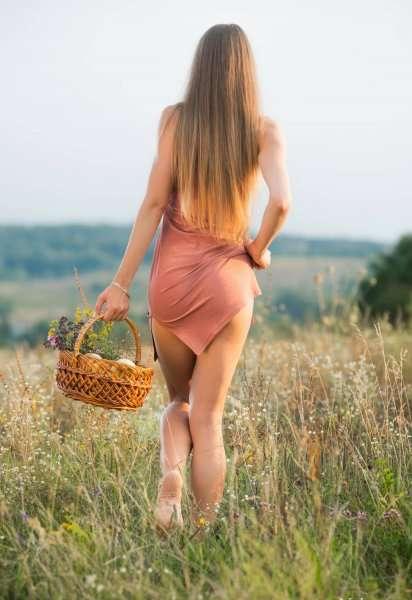 Riana Jolie позирует в поле голышом