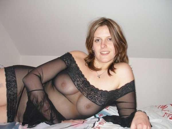 Грудастая жена позирует без нижнего белья