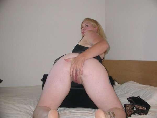 Раскованная жена раздвигает ноги