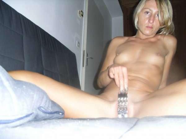 Стройная мамка забавляется с секс игрушкой