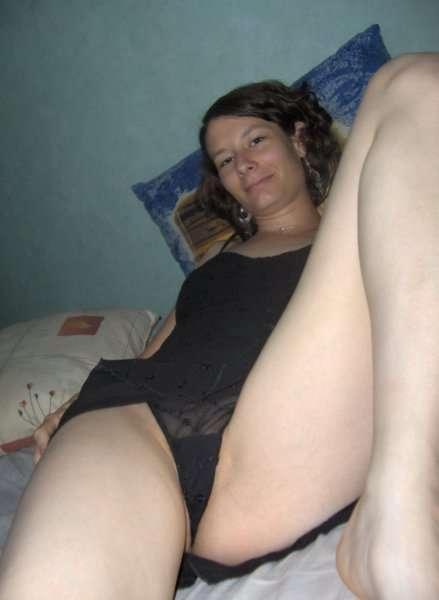 Жена демонстрирует свою сочную киску на камеру