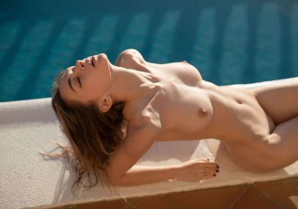 Обнаженка у бассейна