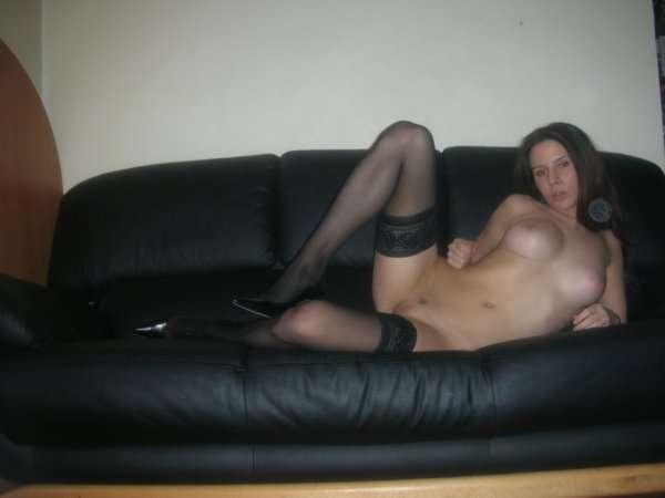 Моя девушка голая на диване