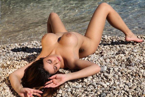 Девочки с голыми кисками нежатся на пляже