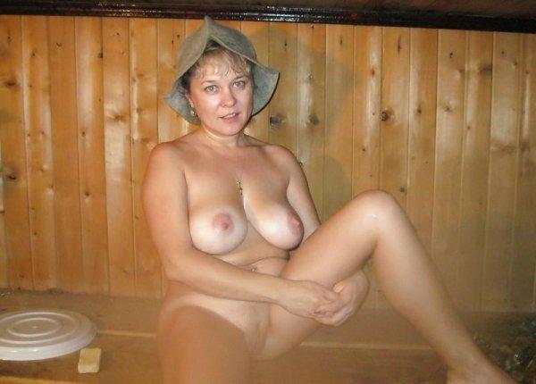 Голые телочки парятся в бане