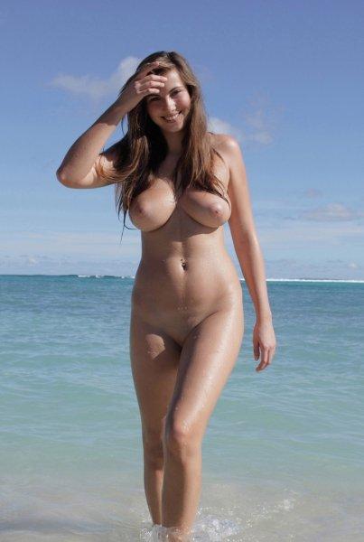 Упругие сиськи на пляже у темпераментных крошек