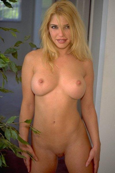 Белокурая блондинка в откровенной фотосессии