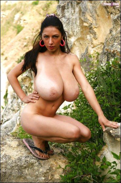 Аня с очень большими сиськами на природе