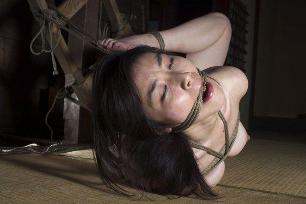 Азиатка любит жесткие игры