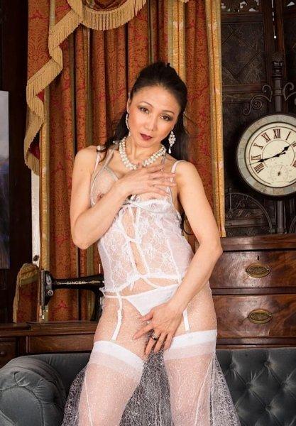Обнаженная зрелая азиатка
