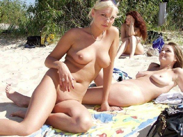 Лесби загорают на нудистском пляже