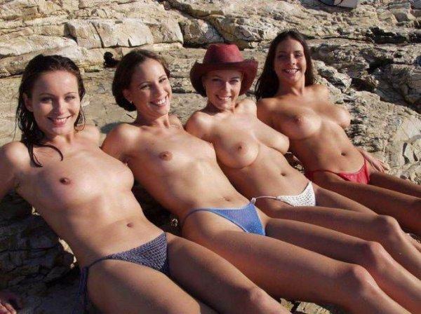 Девушки загорающие на море топлесс