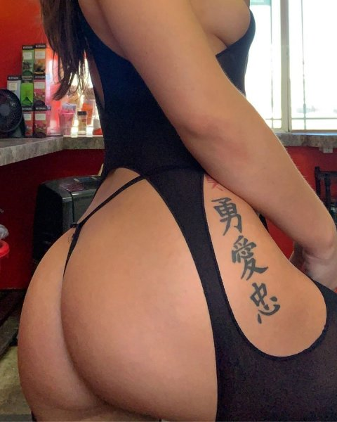 Татуированная барменша фотографируется в стиле ню.