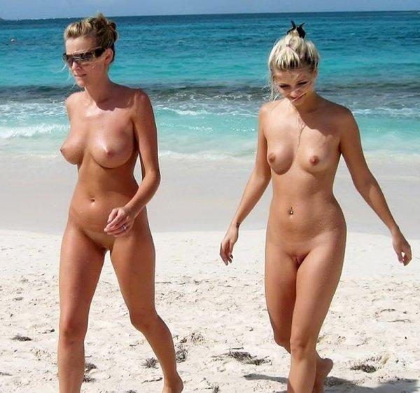 Молодые голые нудисты на пляже