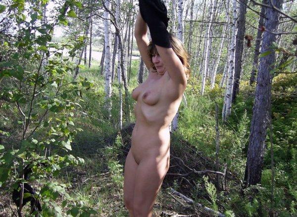 Голые дамы на природе