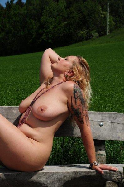 Пышная зрелая женщина с красивой татуировкой