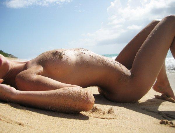 Молодые нудисты демонстрируют свои тела в разных местах