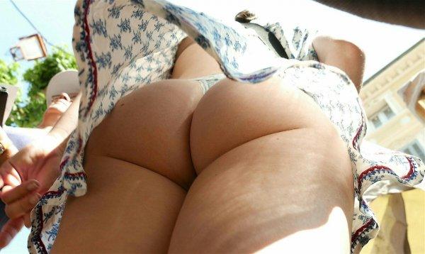 Интересный вид под юбкой