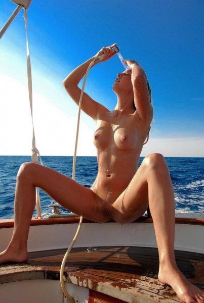 Голые девушки на яхтах