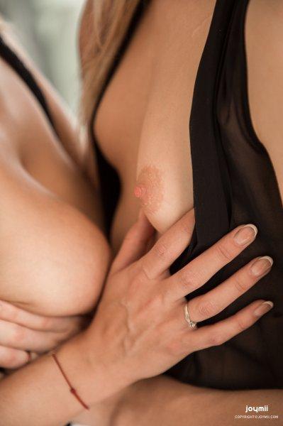 Две лесбиянки развлекаются со страпоном