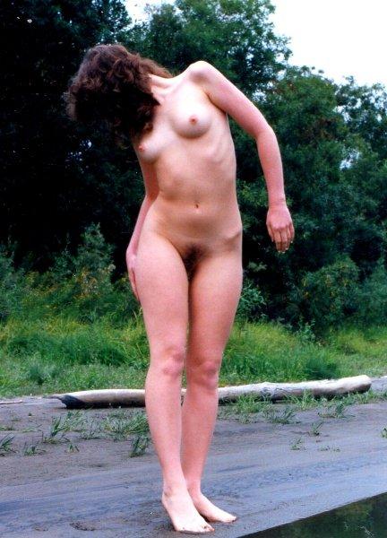 Красавица с кучерявой киской на природе