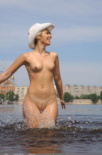 Голые женщины купаются