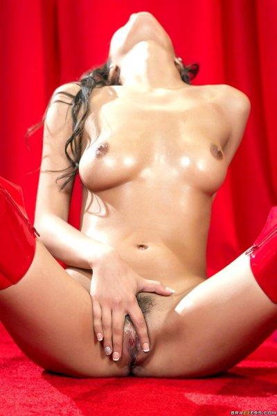 Девушка в высоких красных сапогах