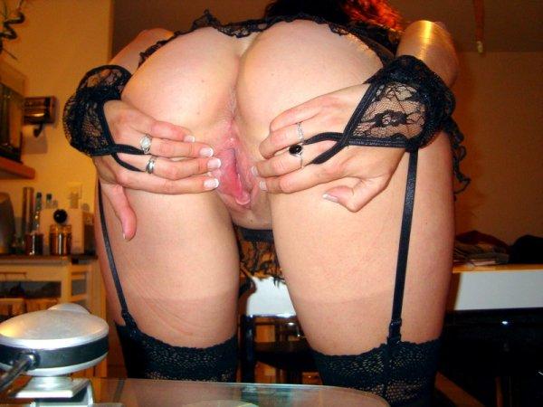 Зрелая дама демонстрирует свою киску