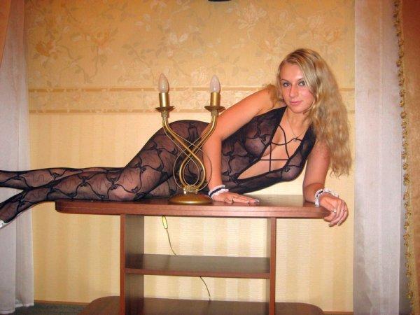 Блондочка с шикарной фигурой и развратным взглядом