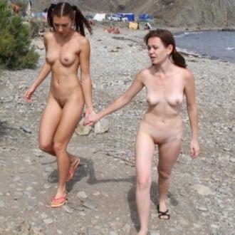 Две подружки резвятся на пляже
