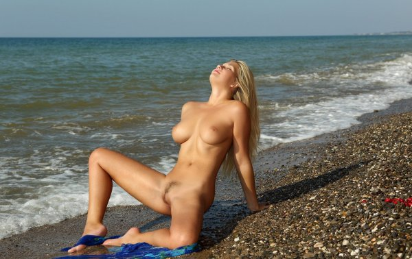Голые на море