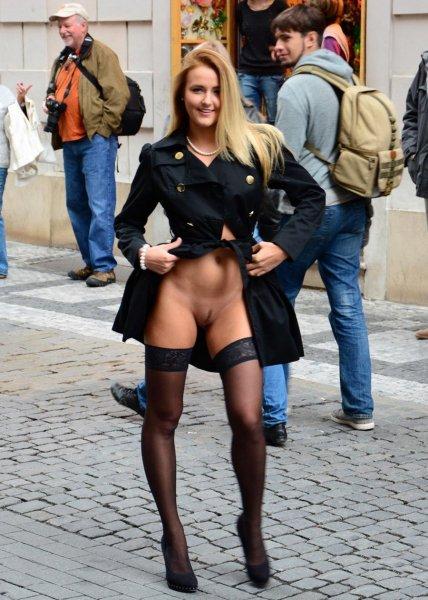 На улице в чулках без трусов